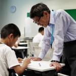STEM体験授業で紙ロケットを制作する生徒