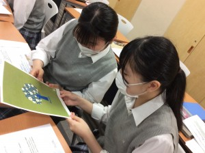 デザイン画を検討する生徒たち