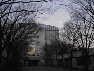 先日、朝登校すると、とても美しい月が出迎えてくれました!