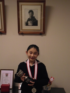 いただいたメダルとトロフィーを持って校長室で撮影!