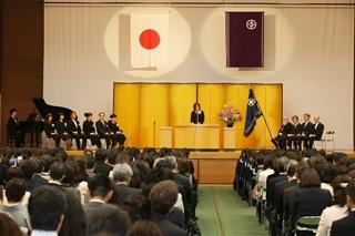 入学式は、伝統校らしく厳かなムードの中で行います。