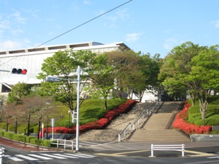 小田急線唐木田駅より徒歩7分でこのキャンパス正門に