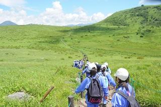 学年全員で夏山をハイキング。空の青さと広さに驚き!