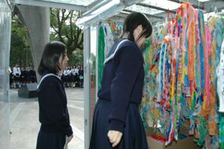 中学3年生は、広島を訪れます。持参した千羽鶴を捧げ、平和に感謝。