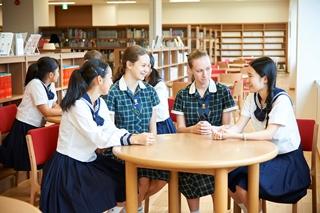 修学旅行中、学校には海外からの生徒が短期留学に来ています。
