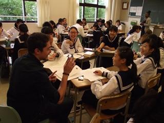 生徒5~6名に一人留学生が入ります。
