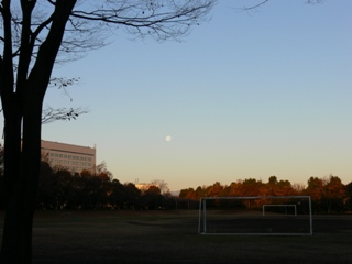 グラウンドを照らす冬空の月。