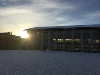 日の出とアカデメイア棟図書館