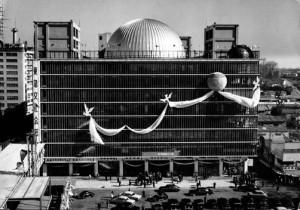 昭和31年 渋谷 東急文化会館開業 跡地には2012年(平成24年)、新たな複合ビル「渋谷ヒカリエ」が開業した。