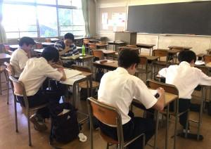 チューターと共に勉強に取り組む生徒たち