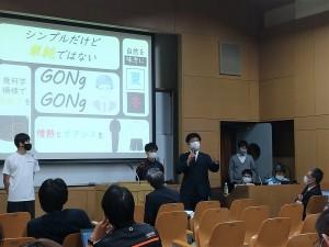 教職員たちの前でプレゼンする生徒たち