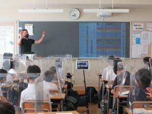 帯グラフの説明をする島立教諭