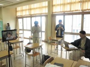 リモート(左iPad)から教室にいるラショーモン亀山さん(右)へ実演販売中!
