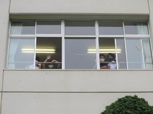 教室の窓から手を振る中1たち